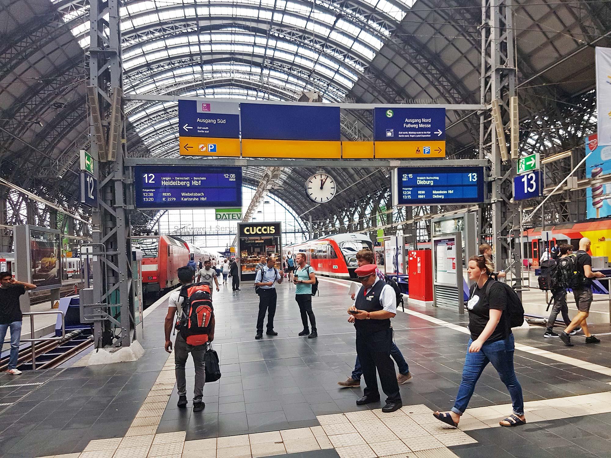 Hallen des HBF Frankfurt - Gleishallen - Frankfurt a.M. Hauptbahnhof innen