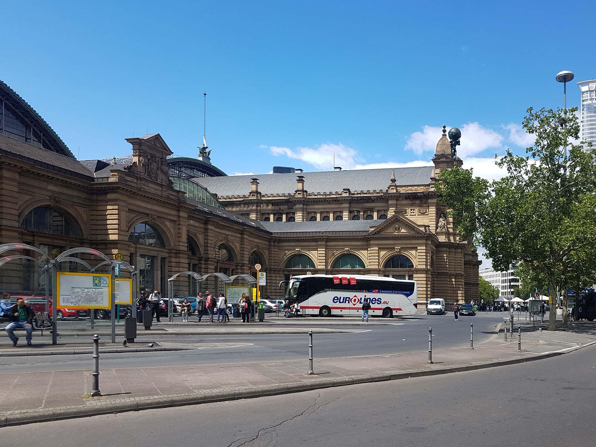 Hbf Frankfurt - Hauptbahnhof Gebäude - Portal - Bushaltestelle