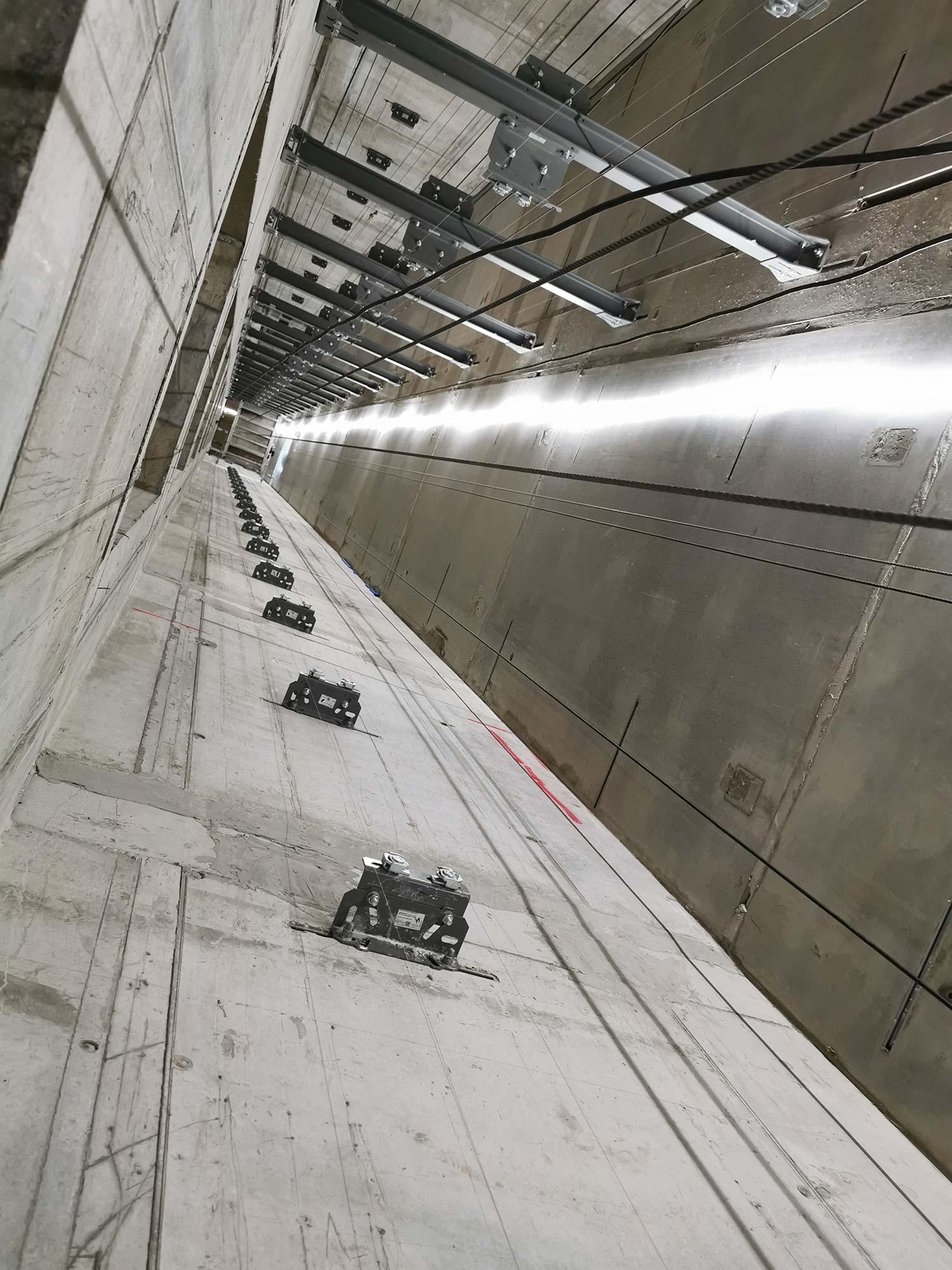 Aufzugsschacht im Hochhaus - Schacht für Aufzüge - Rohbau - hier werden ThyssenKrupp Aufzüge installiert