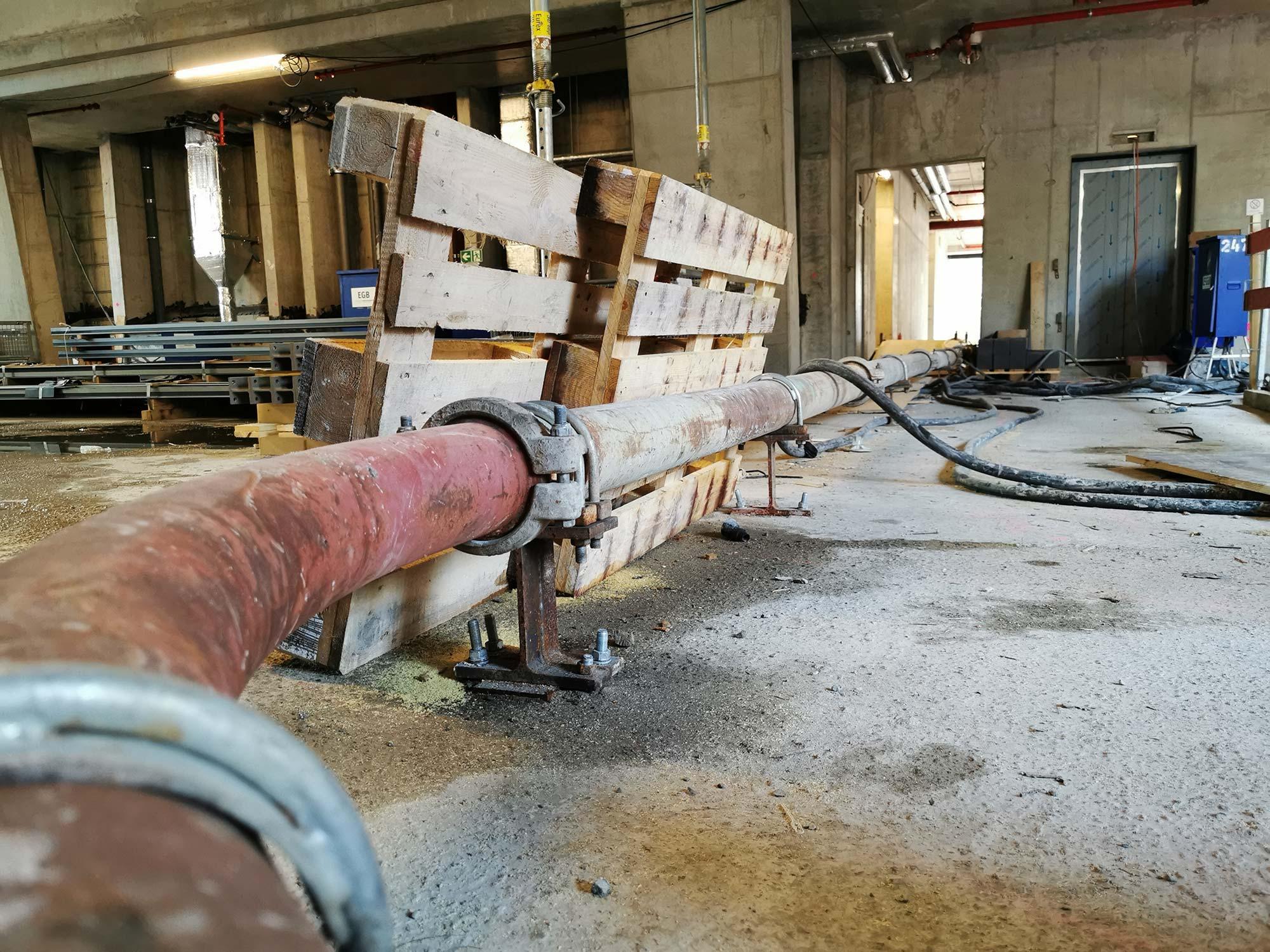 Beton Pumpsystem - Beton Rohr - Beton Pipeline in der Lobby - von hier aus wird der Beton auf das Dach gepumpt