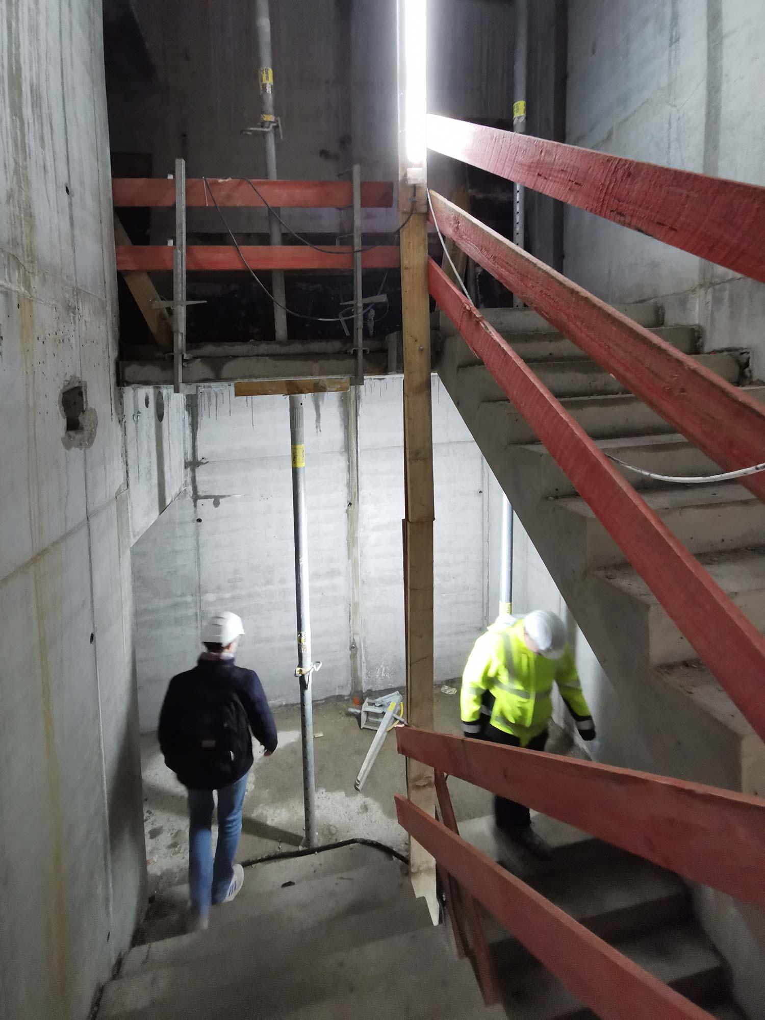 Über das Rohbau-Treppenhaus ging es anschließend wieder hinab