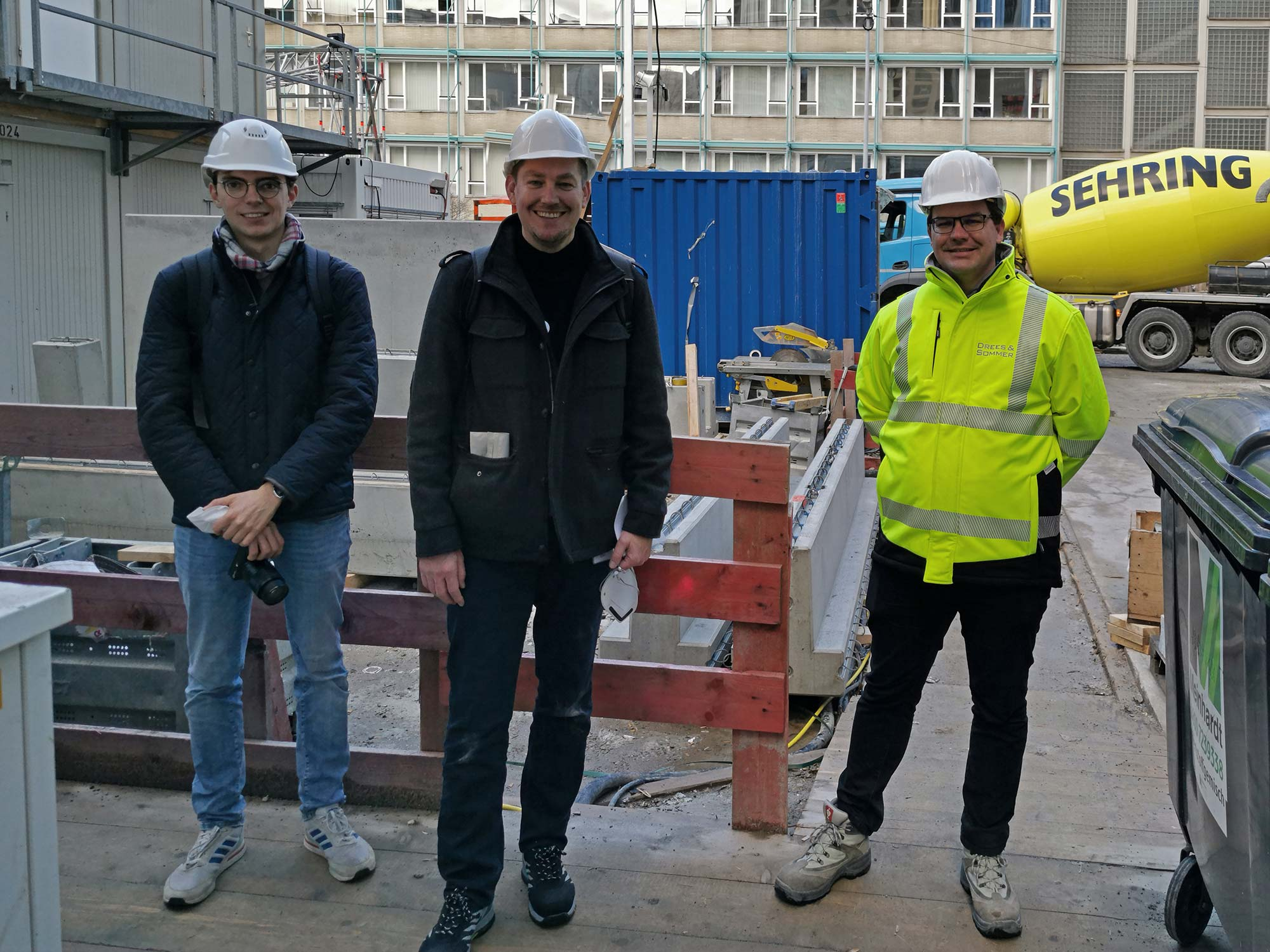 Das Ende der Baustellenbegehung - Redakteure des SKYLINE ATLAS und Bauleiter Stephan Ernst