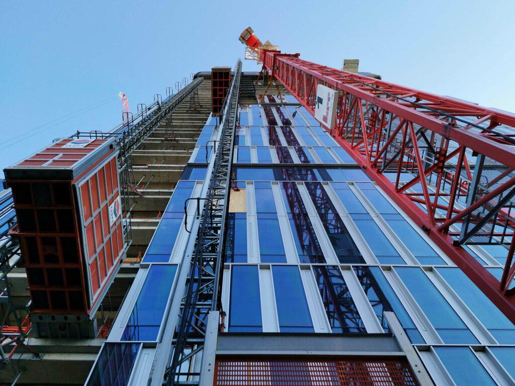 Senckenberg Tower in Frankfurt - NAS Invest - BNP Paribas - Senckenbergturm Baustelle Februar 2021 - Drees & Sommer - Alimak Bauaufzug - Lupp Frankfurt Kran