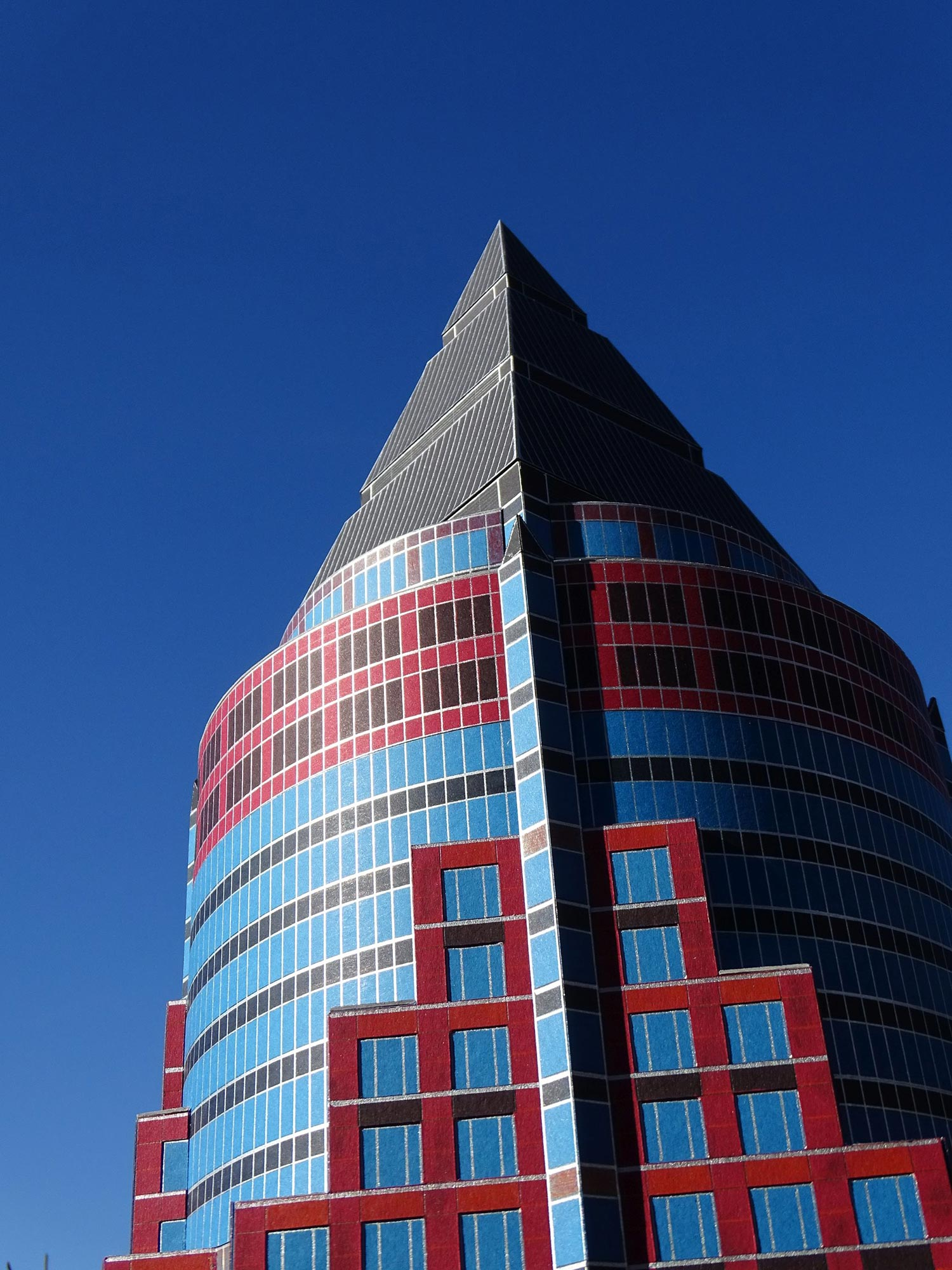 Die Spitze des Frankfurter Messeturm - die bekannte Pyramide auf dem Dach