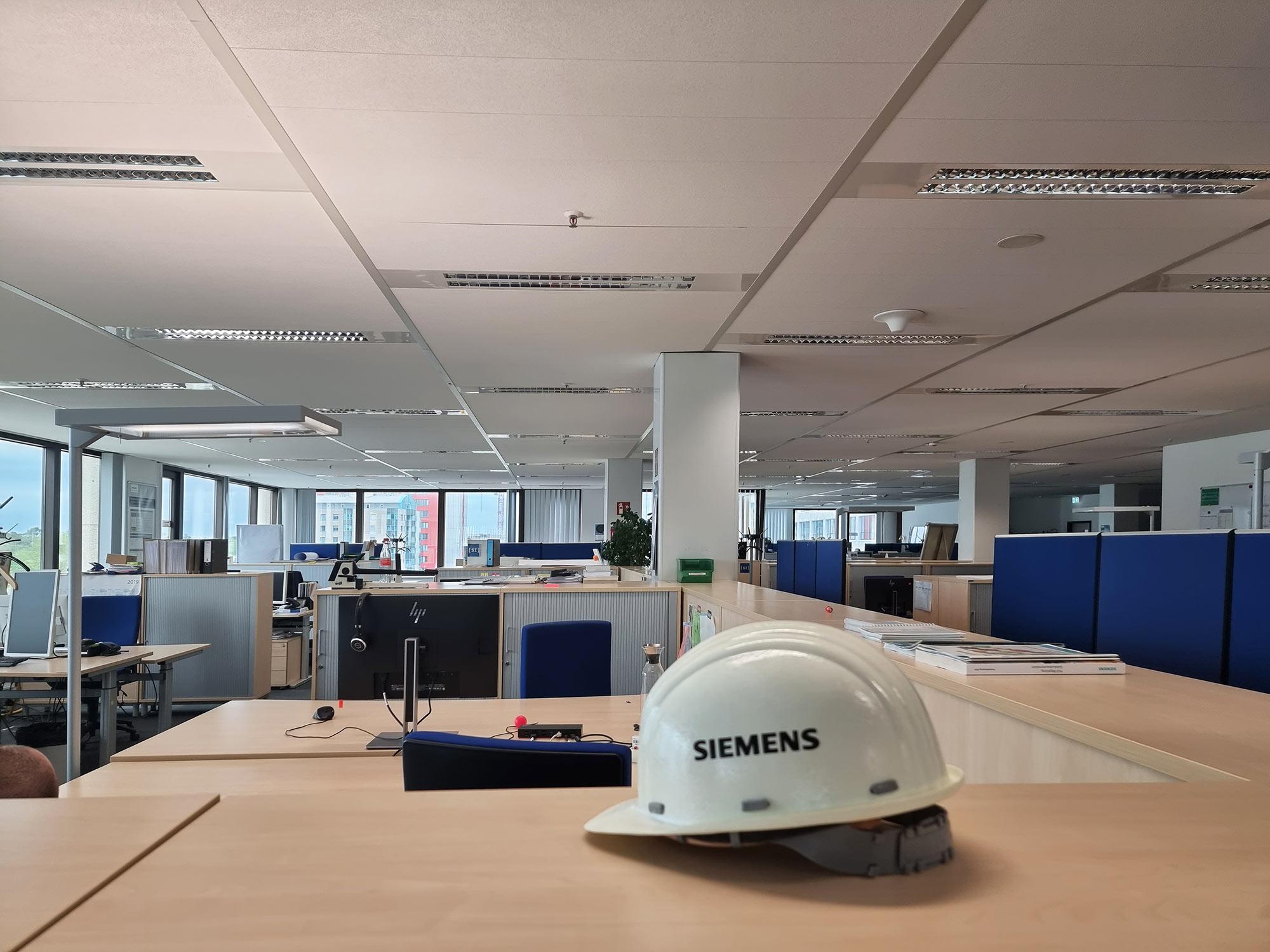 Siemens Frankfurt Büro - Siemens Smart Infrastructure - Siemens Gebäudeautomation - Baustellenhelm