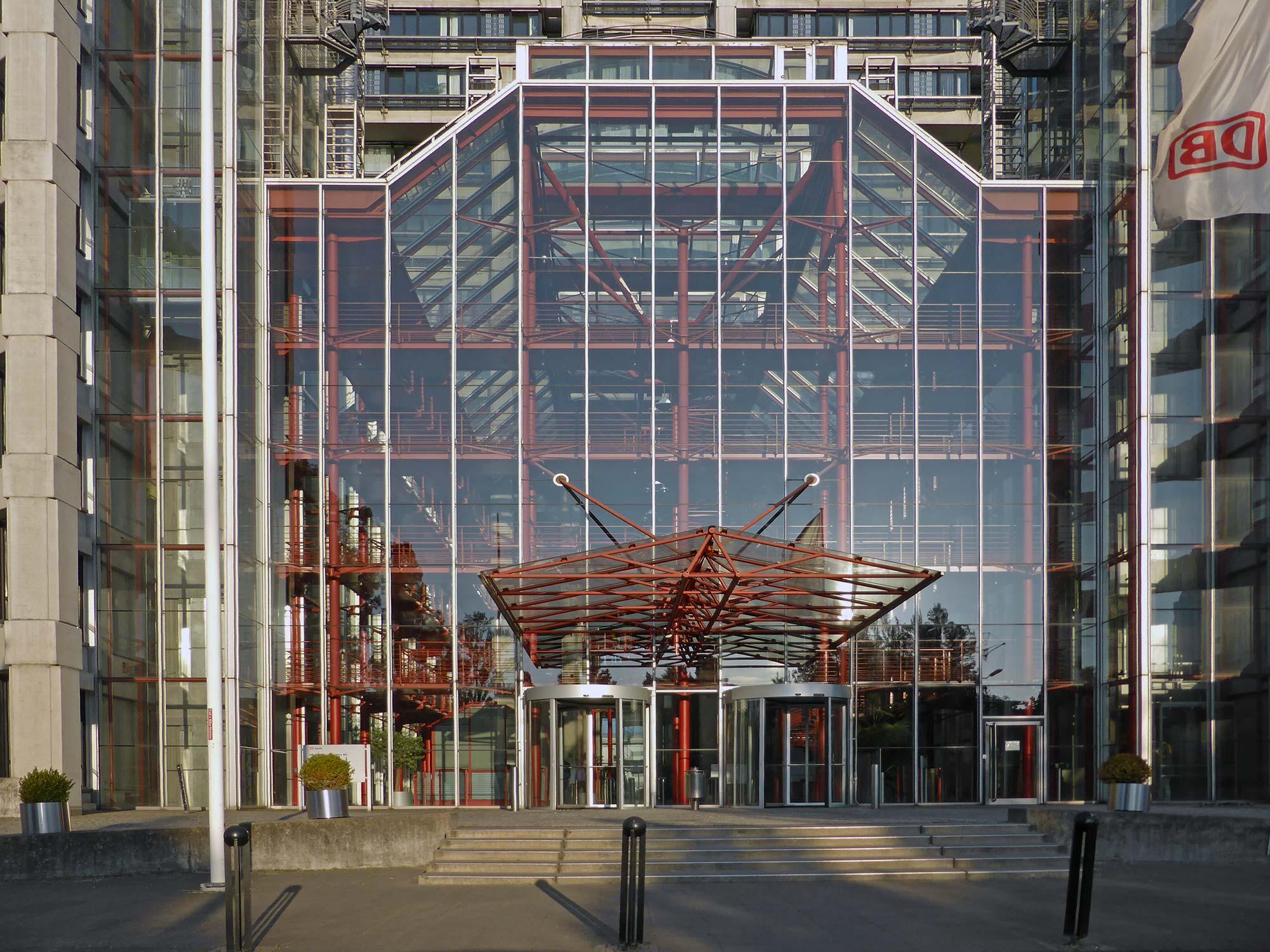 Atrium Frankfurt - Deutsche Bahn Pyramide FFM - Glas Eingang - DB Hauptverwaltung Frankfurt