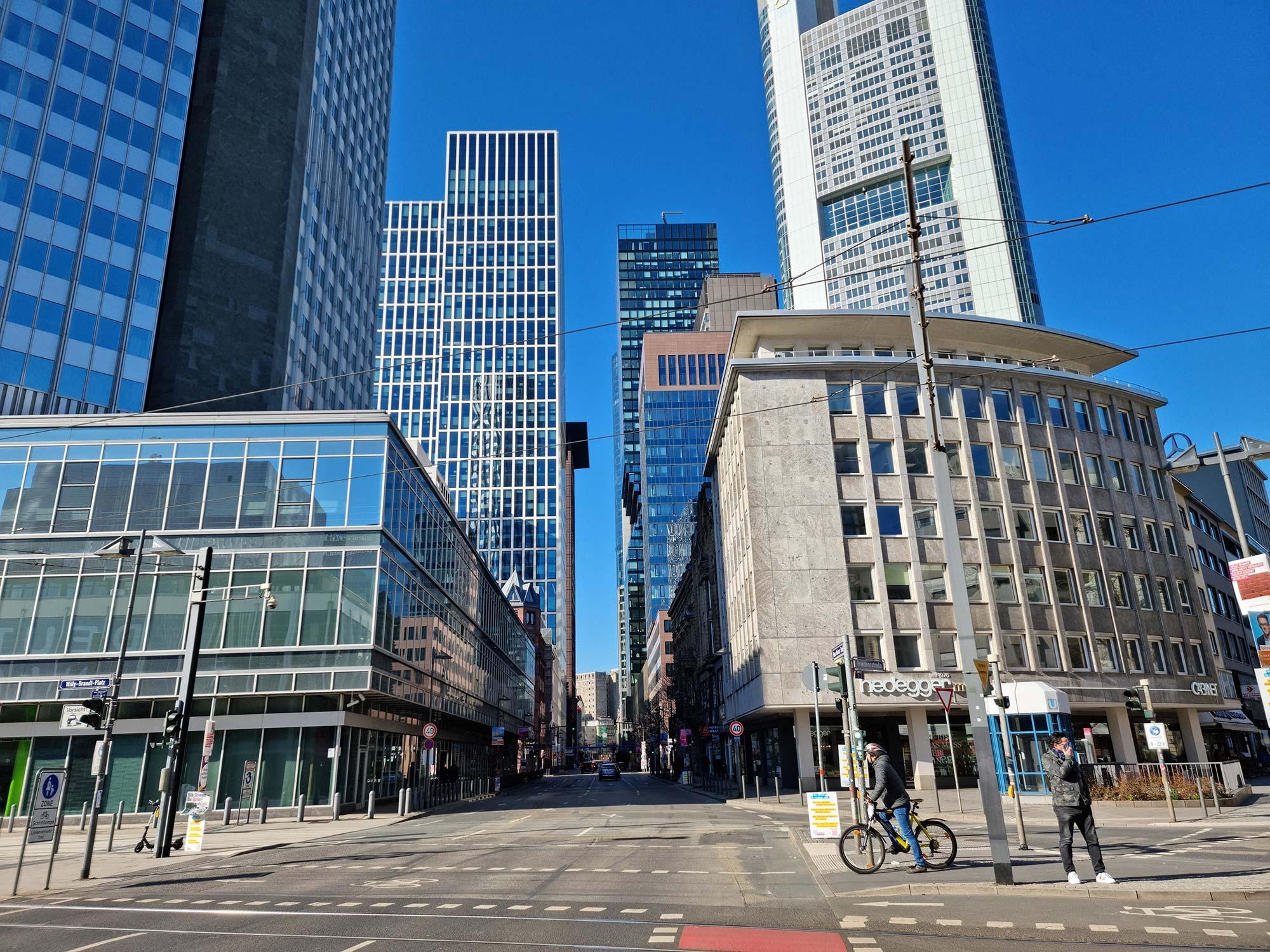 Frankfurt Bankenviertel - Neue Mainzer Straße in Frankfurt - Neue Mainzer Straße FFM - Bankenklamm