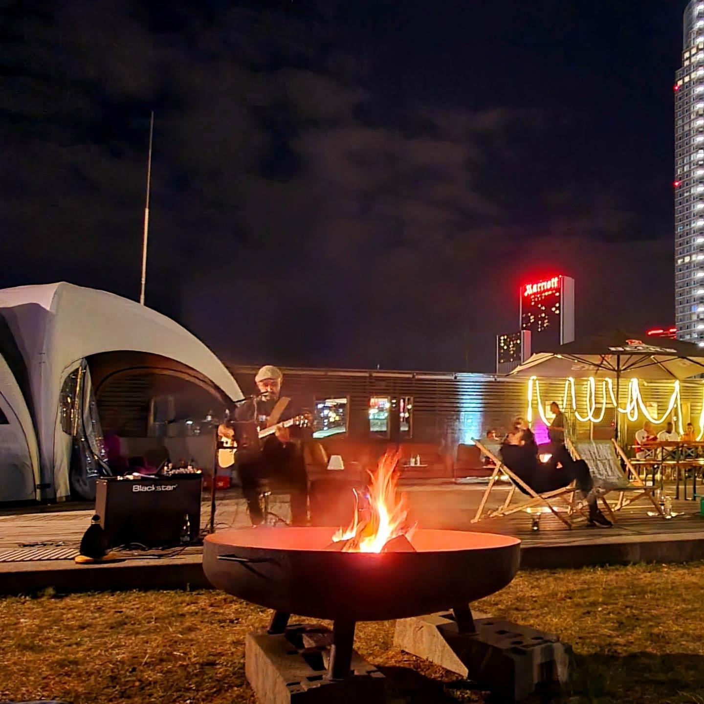 Skyline Camping Frankfurt auf dem Skyline Plaza - Lagerfeuer bei Musik